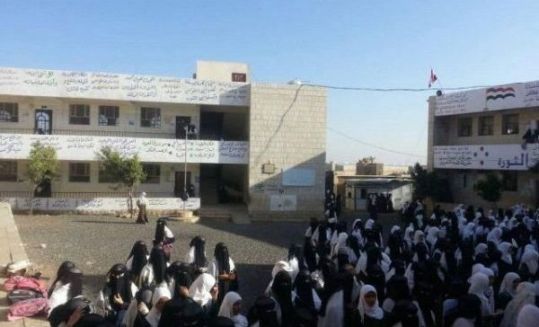 Yemeni school students reject slogan of Houthis 'Asarkhah', chant national one instead