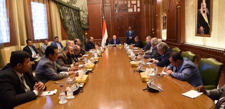 President meets his advisors on latest developments in Yemen