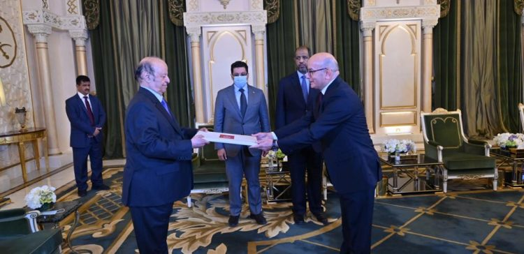 President receives credentials of several ambassadors to Yemen