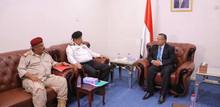 PM meets with governor of Luhj, commander of Navy Forces