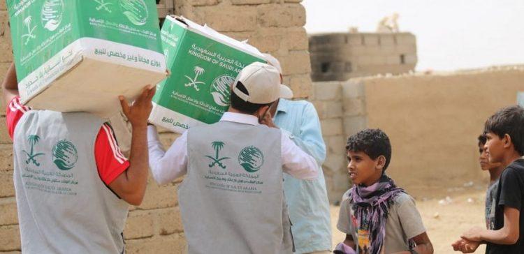 KSrelief distributes food packs to displaced people in Al-Dhale