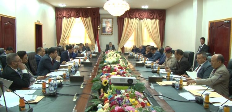 Cabinet: International blind-eye approach allows Houthis to hinder peace