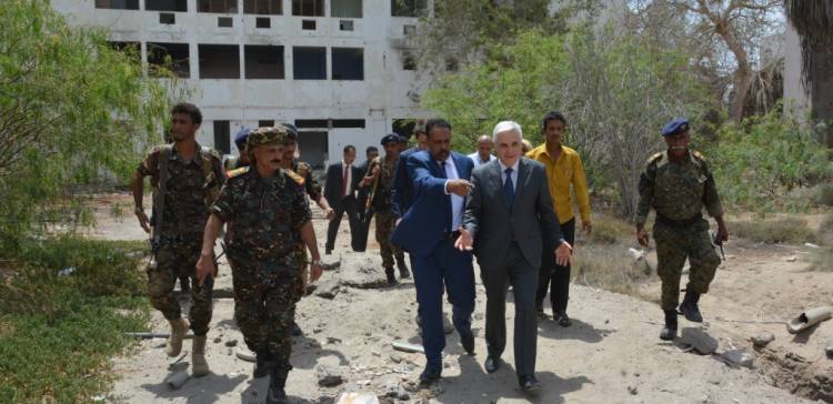 Russian ambassador inspects Aden consult damages left by Houthi war