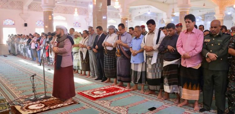 Prime Minister performs Eid al-Fitr prayers in Aden
