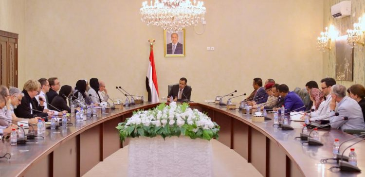 PM receives foreign researchers, analysts in Aden
