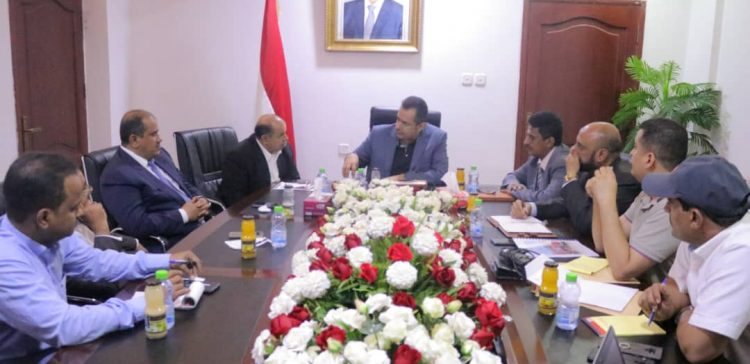Prime Minister listens to report on oil tanks project