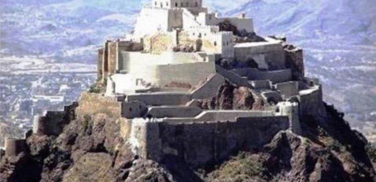 Taiz Governor directs making study for maintenance work of Al-Qahira Castle